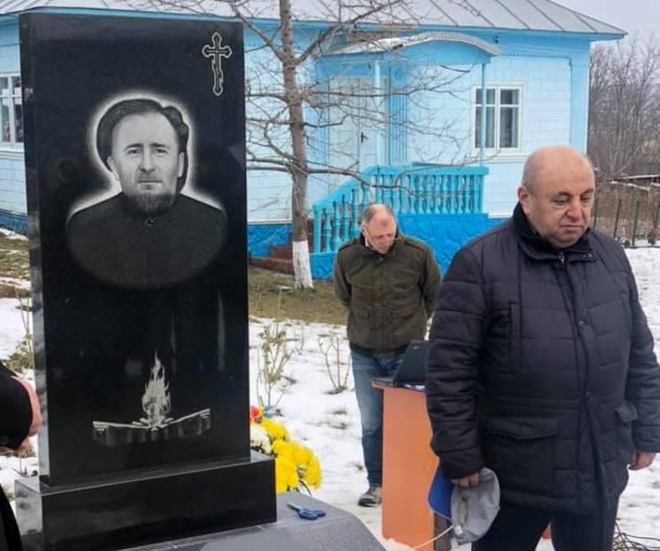 Efim Roif la monumentul lui Gheorghe și Liuba Benea