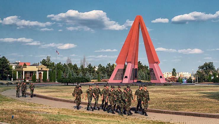 Partea centrală a memorialului Eternitate este o piramidă cu cinci puști de 25 metri înălțime
