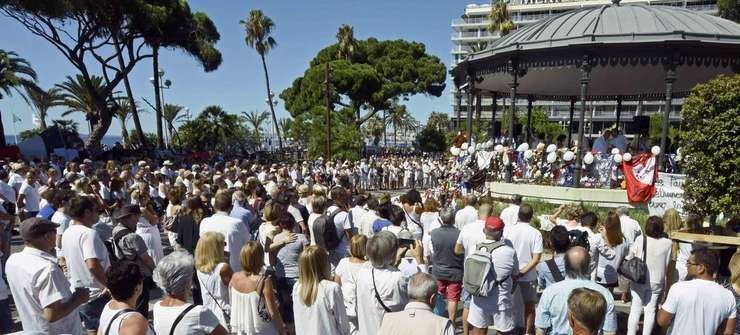 Circa o mie de oameni, practic toti îmbràcati în alb, s-au reunit duminicà într-un parc din Nisa pentru a aduce un omagiu celor 85 de morti în atentatul jihadist din 14 iulie