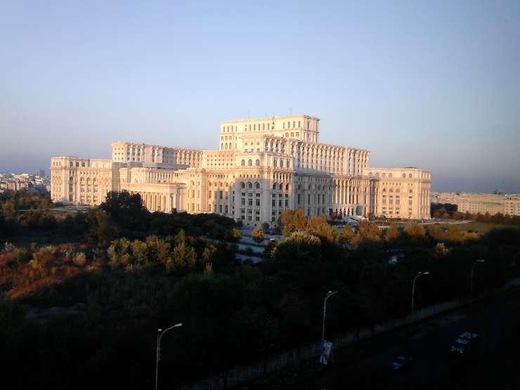 Moțiunea de cenzură, dezbătută marți în Parlament (Foto: RFI/Cosmin Ruscior)