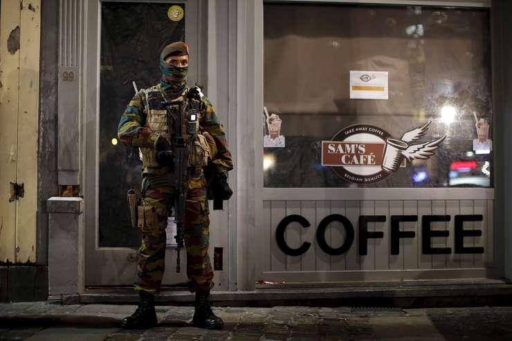 Soldat belgian, în centrul oraşului Bruxelles (Foto: Reuters/Benoit Tessier)