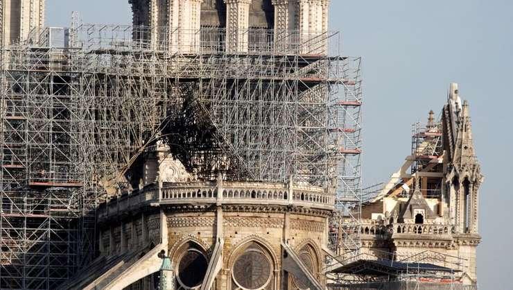 Catedrala Notre-Dame din Paris, vàzutà din spate, câteva zile dupà incendiul din 15 aprilie