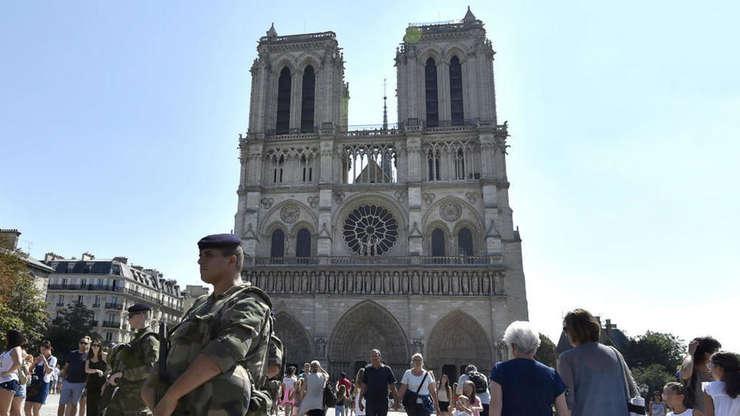 Madani şi Gilligmann au încercat să doteneze o maşină plină cu butelii de gaz, în septembrie 2016, în faţa restaurantelor situate în apropiere de Notre-Dame, la Paris