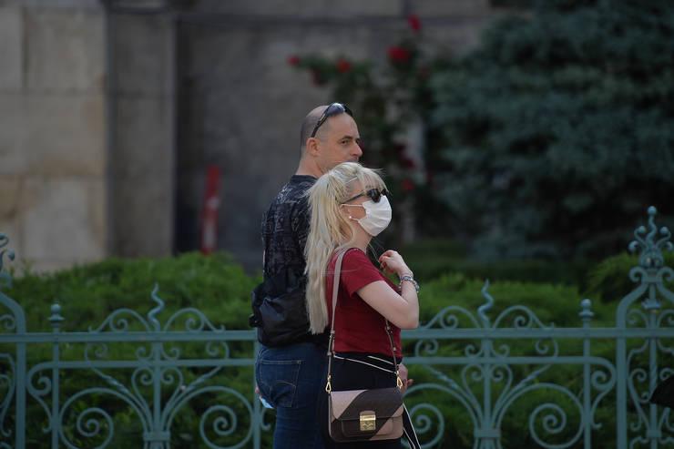 Oamenii se plimbă prin București, dar cu măsuri de protecție (Sursa: MEDIAFAX FOTO/Alexandru Dobre)