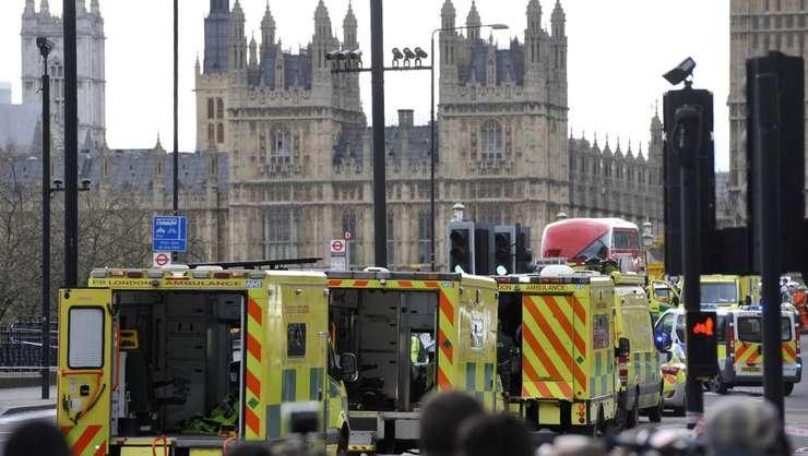 Numeroase servicii de Ambulanta au intervenit pe Podul din Westminster din Londra dupa un atac terorist, 22 martie 2017