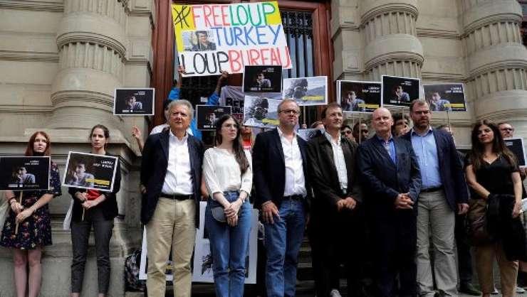 O adunare de sustinere a jurnalistului francez Loup Bureau, încarcerat de o luna în Turcia, a avut loc la Primaria arondismentului IV din Paris, joi 24 august 2017. Oamenii au cerut eliberarea imediata a jurnalistului.