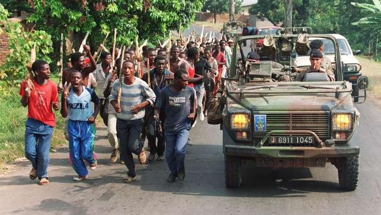 O patrula de militari francezi depaseste trupele hutu rwandeze, 27 iunie 1994, în vestul tarii.