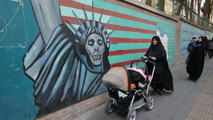 O pictura anti-americana desenata pe un zid din Teheran.