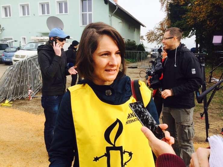 Barbora Cernusakova (A.I.) critică autorităţile române pe tema referendumului pivind familia tradiţională (Sursa foto: Twitter/Laura Byrne)