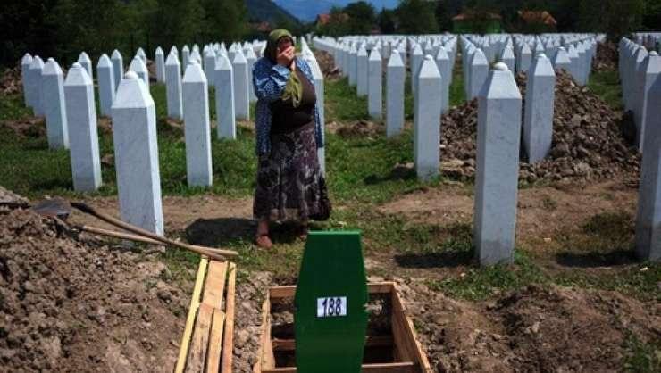 O femeie bosniacă își plânge rudele ucise la Srebrenița (Sursa foto: AFP/Dimitar Dilkoff)