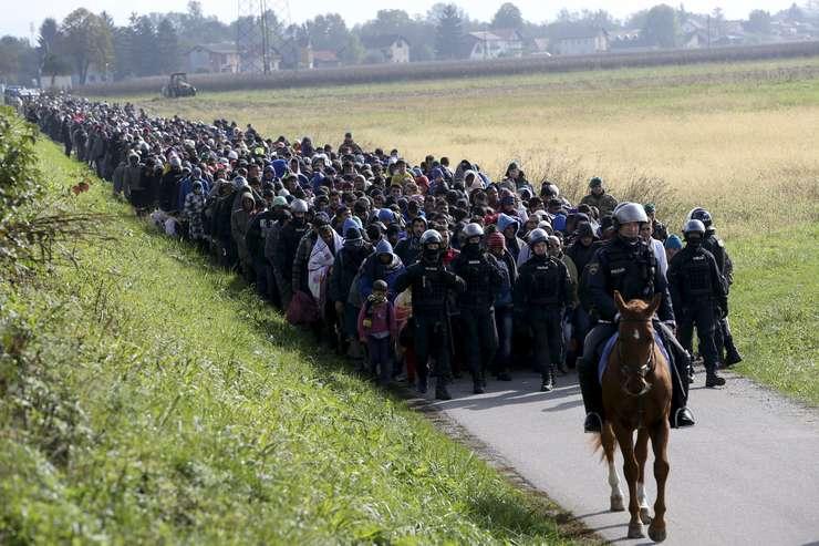Imigranţi, în Slovenia (Foto: Reuters/Srdjan Zivulovic/arhivă)