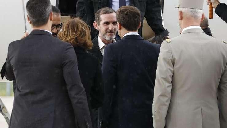 Cei doi fosti ostateci Patrick Picque si Laurent Lassimouillas sunt întâmpinati la Villacoublay de Emmanuel Macron pe 11 mai 2019.