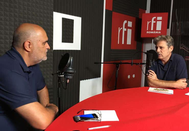 Jurnaliștii Ovidiu Nahoi și Nicolas Don in studioul de inregistrari RFI Romania