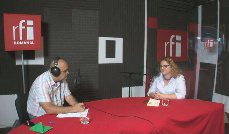 Ovidiu Nahoi și Miruna Troncotă in studioul de inregistrari al RFI Romania