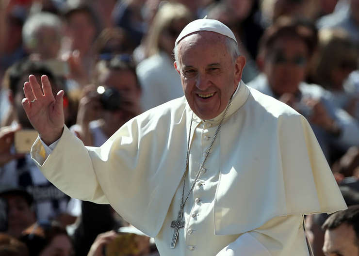 Papa Francisc saluta mulțimea la Vatican