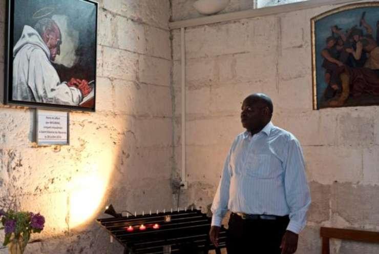Parintele Auguste Moanda-Phuati slujeste la biserica Saint-Etienne de cinci ani. El a fost bulversat de moartea fratelui spiritual, parintele Jacques Hamel.
