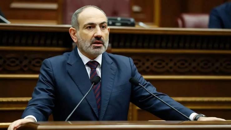 Premierul Armeniei Nikol Pasinian în fata Parlamentului de la Erevan, 16 noiembrie 2020.
