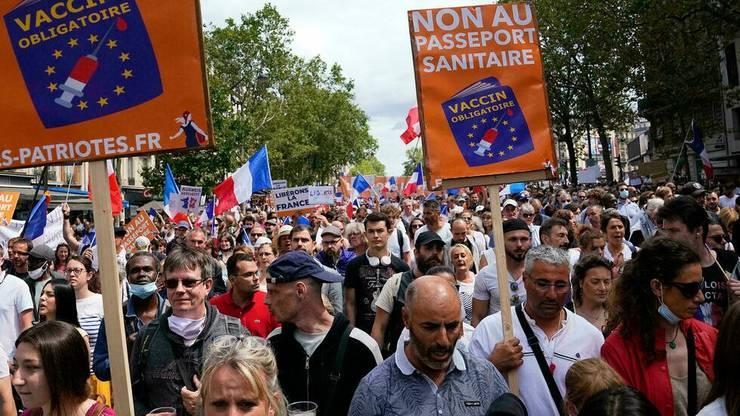 In ziua de 31 iulie 2021 au iesit în stradà, în toatà Franta, peste 200.000 de oameni contra pasaportului sanitar.