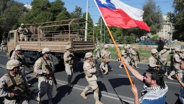 Patrule de militari pe strazi - o premiera în Chile de la sfârsitul dictaturii generalului Augusto Pinochet. Santiago, 20 octombrie 2019.