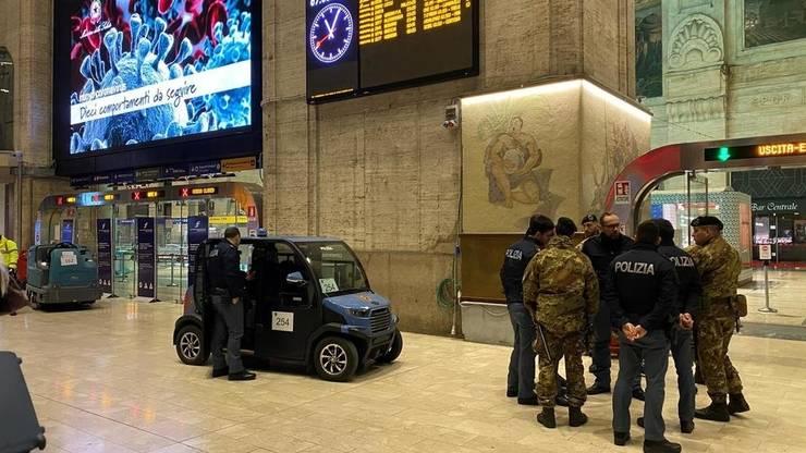 Pentru a se asigura ca sunt aplicate directivele guvernamentale, forte de ordine au fost mobilizate în gara principala din Milano, 8 martie 2020.
