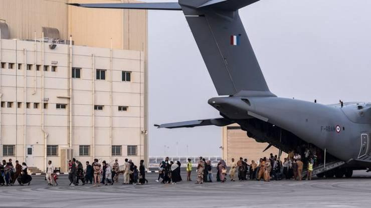 Persoane extrase din Afganistan pot fi observate iesind dintr-un Airbus A400M, 23 august 2021, în apropiere de Abou Dhabi.