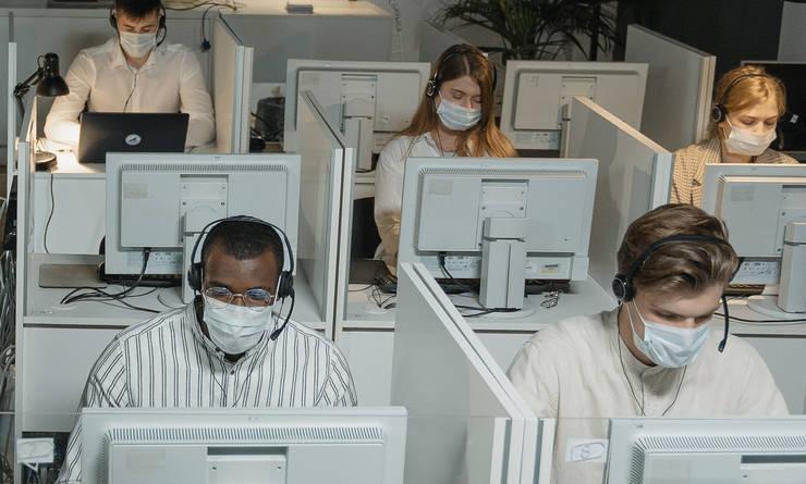 Muncitori cu masca la birou. Ilustratie. Crop
