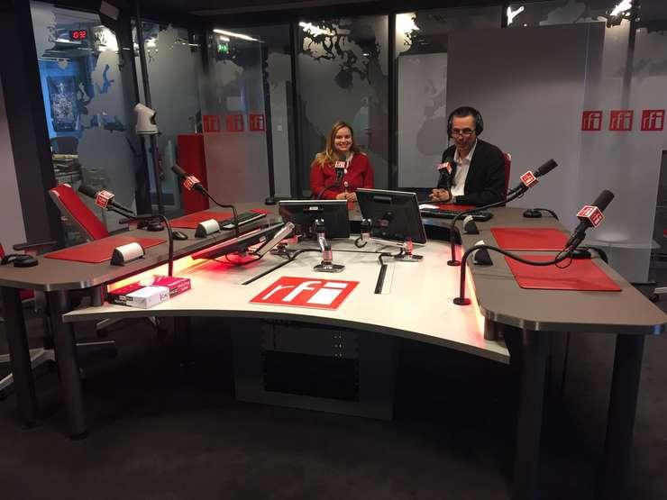 Laura Petrache (cu Vasile Damian), co-fondatoare B1-AKT, în studioul RFI