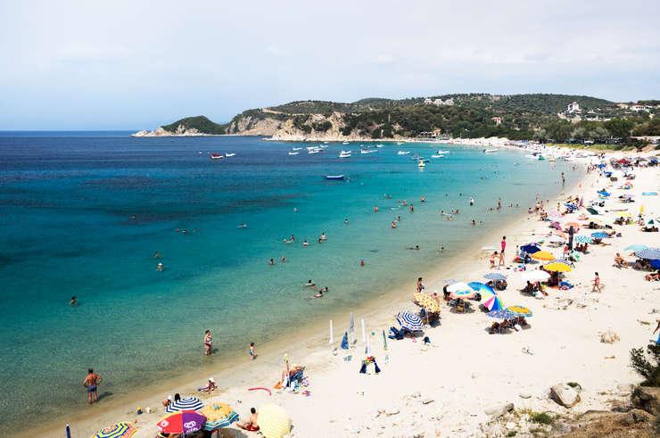 Plajele din Grecia primesc în fiecare vară zeci de mii de turişti români