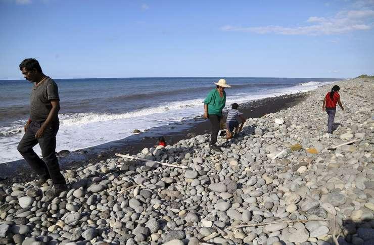 Anchetatorii caută resturi ale zborului MH 370 pe plajele din Reunion