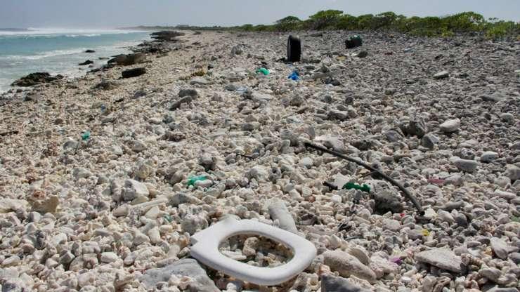 Plastic pe o plaja din Wake Island, oceanul Pacific, 2 februarie 2018.