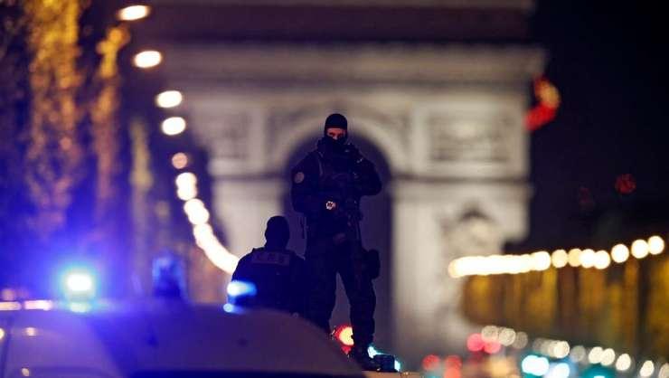 Politisti în alerta pe bulevardul parizian Champs Elysées, 20 aprilie 2017, dupa ce un politist a fost omorât aici într-un atentat