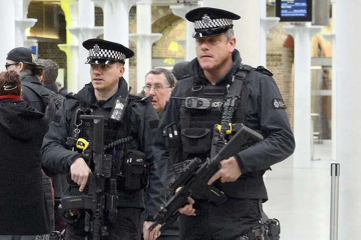 Polițiști înarmați la Londra