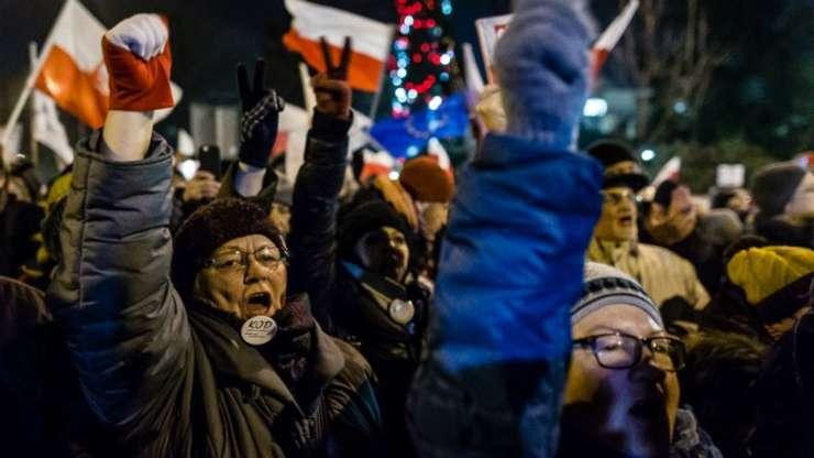 Sute de manifestanți ai Opoziției au blocat ieșirile din clădirea Parlamentului polonez din Varșovia