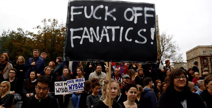 Femeile poloneze se pregătesc de grevă în contextul deciziei privind ilegalitatea, aproape totală, a avortului