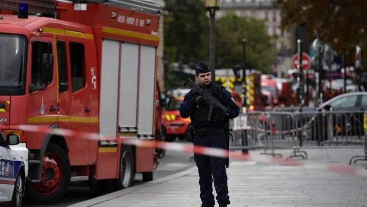 Atac cu cuțitul la Prefectura Parisului