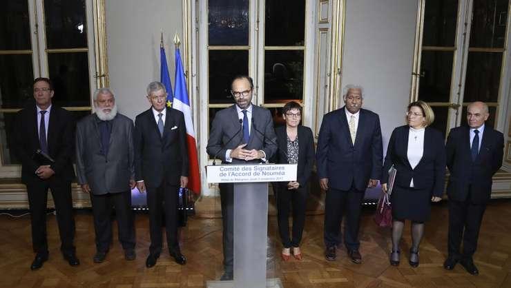 Premierul Edouard Philippe, alaturi de liderii caledonieni, anunta un acord politic asupra organizarii unui referendum pe tema autodeterminarii în Noua Caledonie, 3 noiembrie 2017, Paris