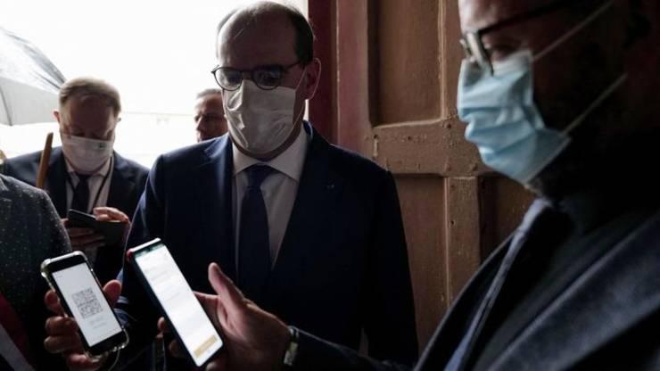Premierul Frantei, Jean Castex îsi prezinta pasaportul sanitar la intrarea într-un muzeu, Fontevraud, Franta.