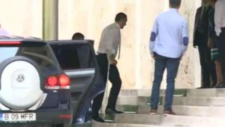 Premierul Victor Ponta, în cârje, la sediul Guvernului