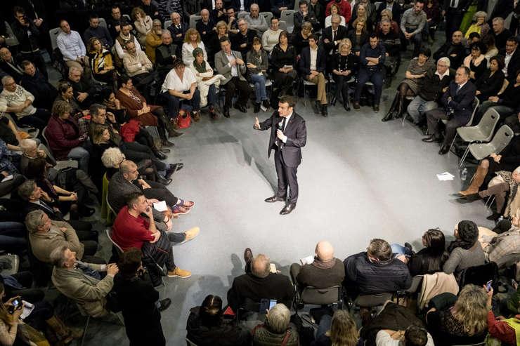 Presedintele Emmanuel Macron discuta cu localnici si autoritati din Bourg-de-Péage, Franta, în cadrul marii dezbateri nationale, ianuarie 2019.