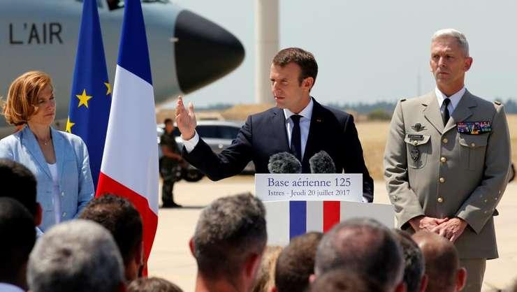 Presedintele Emmanuel Macron încadrat de Florence Parly - ministru al Armelor si seful Statului Major - generalul François Lecointre, la baza aeriana din Istres, joi 20 iulie 2017