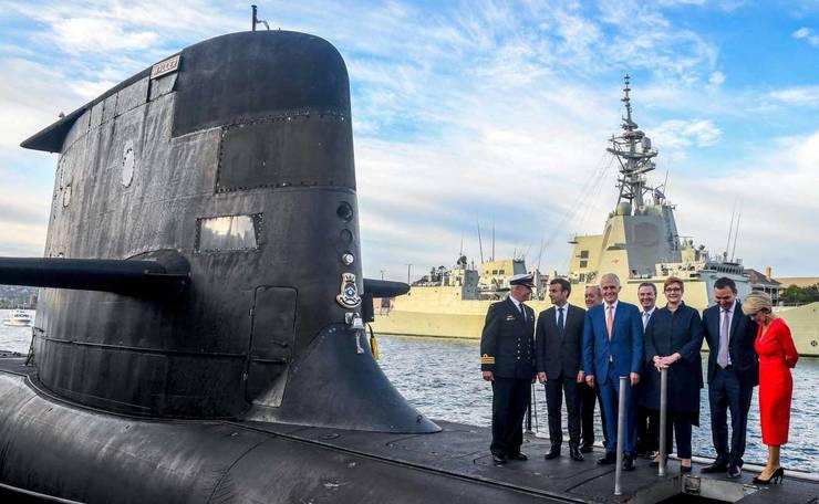 Presedintele Frantei, Emmanuel Macron si fostul premier australian Malcom Turnbull pe un submarin al marinei australiene, Sydney, 2 mai 2018.