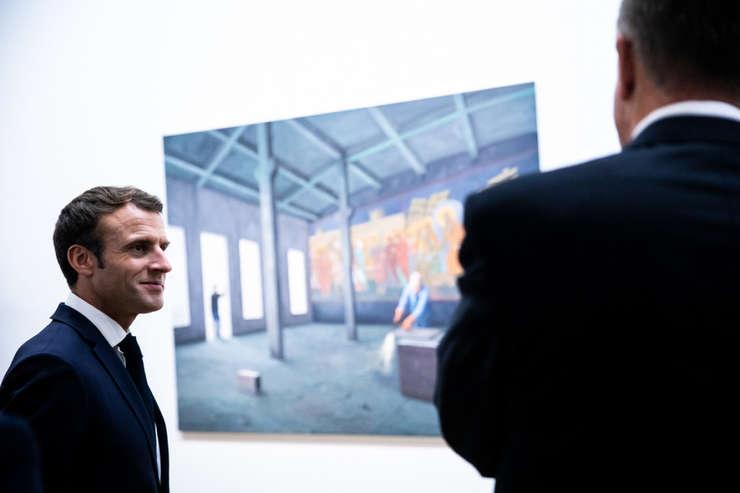 Presedintele Frantei, Emmanuel Macron si omologul român, Klaus Iohannis în fata unui tablou semnat de artistul român Serban Savu, Centre Pompidou, Paris, noiembrie 2018.