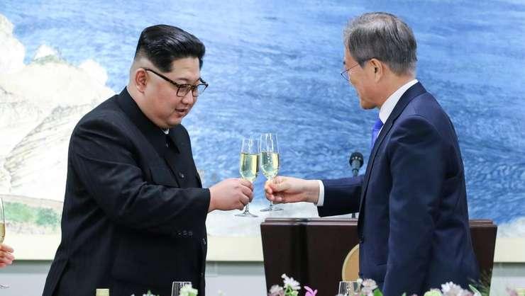 Presedintele sud-coreean Moon Jae-in (d) si liderul nord-coreean Kim Jong-un au convenit asupra denuclearizarii peninsulei