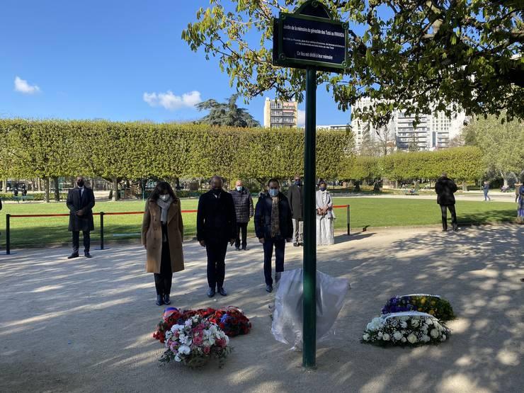 Primarita Parisului, Anne Hidalgo aduce un omagiu celor ucisi în genocidul produs în urma cu 27 de ani în Rwanda, Paris, 7 aprilie 2021.