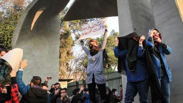 Studenți protestează la Teheran (Foto: AFP)