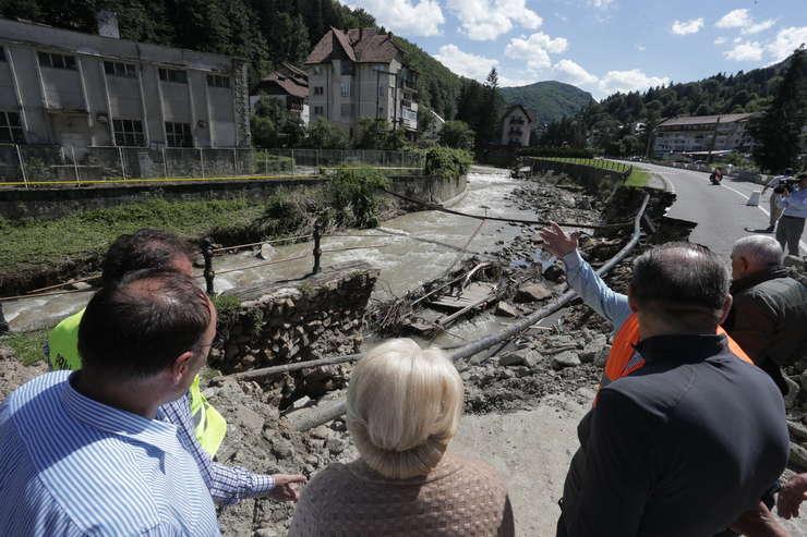Imagine de la deplasarea premierului Viorica Dăncilă în zonele afectate de inundaţii (Sursa foto: gov.ro)