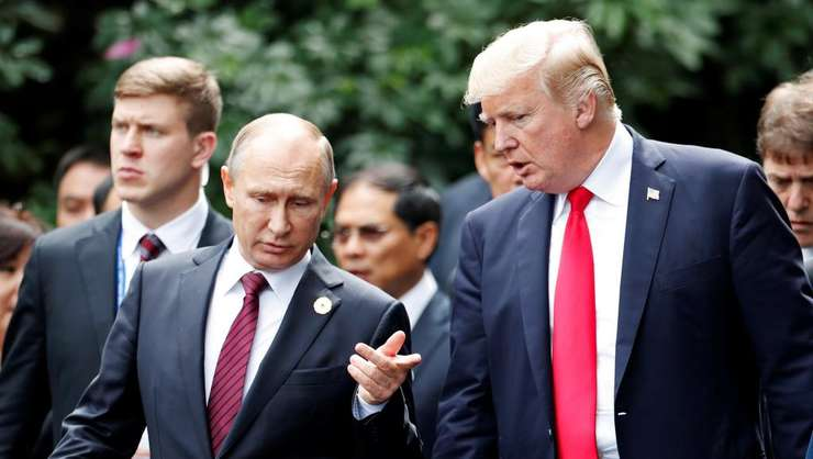 Vladimir Putin si Donald Trump la Danang, în Vietnam, la summitul APEC din noiembrie 2017