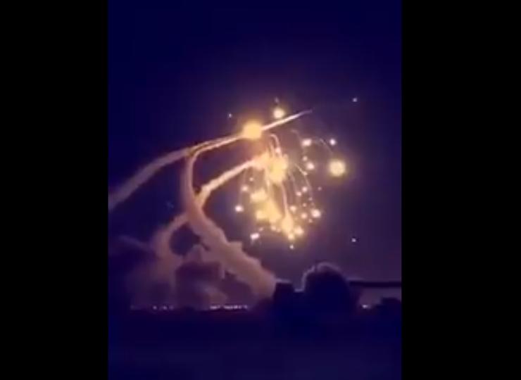 Armata Arabiei Saudite a lansat mai multe rachete Patriot de intercepție. Cel puțin una dintre ele a eșuat explodând în capitala Riad