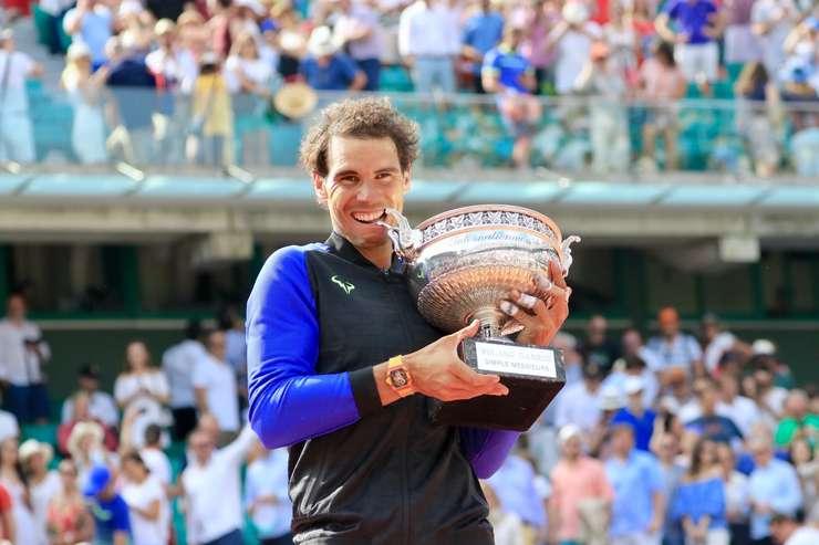 Rafael Nadal cu Cupa muschetarilor, trofeul de la Roland-Garros pe care-l câstigà în 2017 pentru a 10-a oarà
