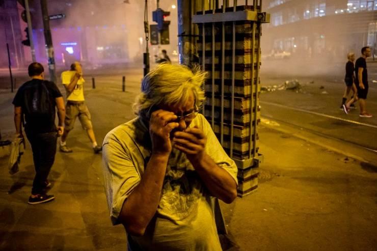 Protestatar afectat de gaze lacrimogene, la mitingul de vineri, 10 august 2018 (Foto: AFP/Andrei Pungovschi)